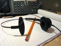 bloc note sur bureau headset crayon et bloc notes sur le bureau avec téléphone ip à l