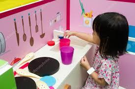 jeu de cuisine chinoise enfants chinois jeu de rôle à la cuisine photographie kiankhoon