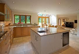 cuisines avec ilot central cuisine ouverte avec ilot central contemporaine en couleur beige