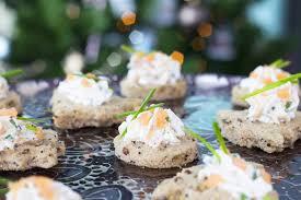 canapé saumon canapés de saumon fumé et fromage frais pour un apéritif chic et