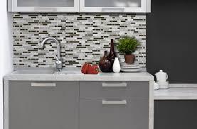 autocollant cuisine inspirations comment poser le dosseret autocollant smart tiles