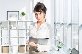 assistant de bureau portrait en gros plan d un assistant féminin caucasien de bureau sur