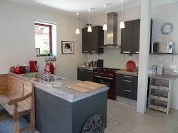 cuisine avec gaziniere gite la chalune cancale salon cuisine et salle à manger