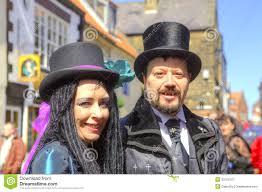 maquillage gothique homme homme et femme dans le vêtement gothique et le maquillage