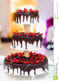 hochzeitstorte erdbeeren hochzeitstorte in der schokolade mit erdbeeren und blaubeeren
