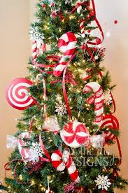 candy christmas tree 25 candy christmas décor ideas for your home digsdigs