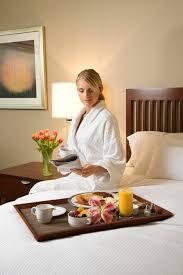 hotel avec service en chambre femme avec le service de chambre d hôtel image stock image du