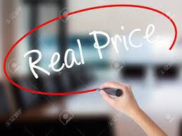 prix d un bureau femme écrit le vrai prix avec un marqueur par dessus bord