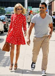 kelly ripa hair kelly ripa breezes out of new york hair salon with a new do and
