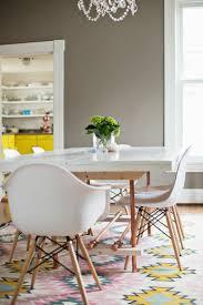Esszimmer Modern Weiss Teppich Esszimmer Pastellfarben Weiss Eames Stuehle Grau Wand