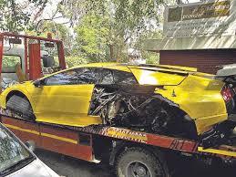 lamborghini car owners in chennai lamborghini driver abandons car after crash at india gate india