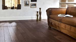 canapé cuir et bois quelles couleurs marier avec un canapé en cuir brun