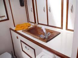 salle de bain de bateau trimaran de croisière autour de madagascar exploration de nosy be