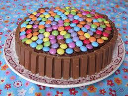 decoration cupcake anniversaire elo à la bouche gâteau d u0027anniversaire kit kat smarties