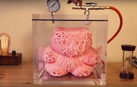 vide chambre vidéo un ourson en guimauve géant dans une chambre à vide