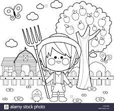 Petit fermier garçon à la ferme avec grange ferme clôture et