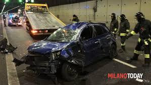 si e auto monza incidente in valassina auto si ribalta in galleria a monza due