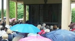 apparizione madonna delle ghiaie ghiaie migliaia di fedeli a bonate per la madonna mentre la