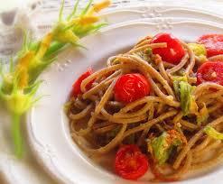 primo piatto con fiori di zucca pasta con fiori di zucca mandorle e pomodorini ricetta