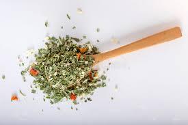 origan en cuisine cuillère avec l origan et le thym sec le basilic et les légumes