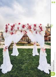 Decoration Florale Mariage Voûte De Mariage Avec La Décoration Florale Dehors Photo Stock