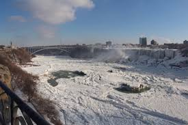 niagara falls icy frozen wonderland photos