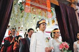 wedding gift indonesia weddings in indonesia a guide to customs and etiquette at