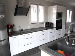 cuisine équipée blanc laqué cuisine blanc laqué plan de travail noir idées décoration intérieure