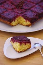 tablette recette de cuisine gâteau renversé aux fruits rouges dans moule tablette matériel