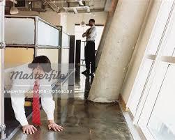 bureau photographe sneaking homme absent du bureau photographie de stock masterfile