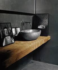 encimera de madera maciza en el cuarto de ba祓o