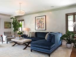 salon canape 12 superbes idées déco avec un canapé bleu dans le salon bricobistro