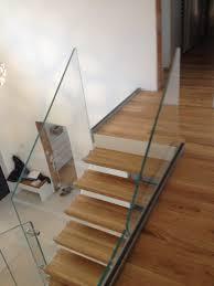 treppen holzstufen formstep treppen eine stiege mit holzstufen und glasgeländer