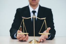 sexe au bureau avocat de sexe masculin au bureau avec échelle de laiton