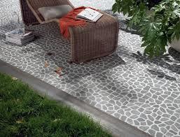 piastrelle balcone esterno come pulire un terrazzo con piastrelle di ciottoli con metodi