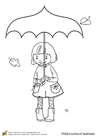 une petite fille avec son parapluie pendant l u0027automne