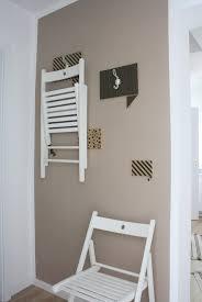ikea hack terje klappstühle dekorativ verstaut in einer kleinen