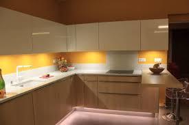 cuisine jaune et blanche bois clair façade blanche et quartz pailleté cuisine à annecy 74