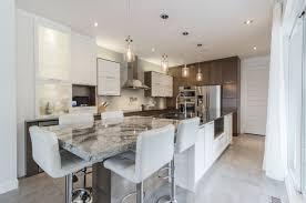 configuration cuisine armoires de cuisine ilot en granit et quartz armoires en bois et