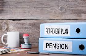bureau des pensions régime de retraite et pension deux reliures sur le bureau dans le