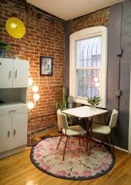 cuisine avec brique cuisine vintage avec meubles blancs et mur de brique pour tapis
