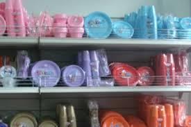 piatti e bicchieri di plastica colorati cresce la famiglia della plastica qui ceas