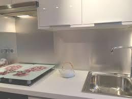 credence design cuisine crédence en inox meubles blancs brillants cuisishop inside