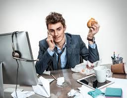 petit d駛euner au bureau homme de bureau appelant pendant petit déjeuner photo stock