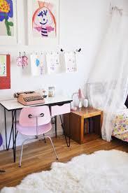 chambre vintage fille bureau vintage en formica et chaise dans chambre fille