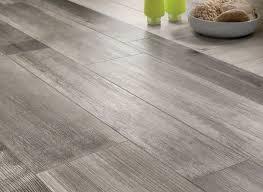 carrelage imitation parquet pour cuisine carrelage imitation parquet en bois gris pour le sol de la cuisine