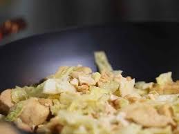comment cuisiner chou vert wok de chou vert poulet et noix de cajou recettes femme actuelle