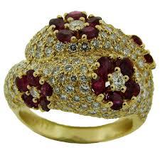 Impressive Vintage Nuance Graff Vintage Diamond 18 Karat Yellow Gold Crossover Fashion Ring