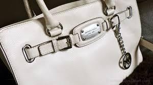 designer taschen outlet michael kors schick eine frau in ein designer outlet sie kauft nicht nur eine