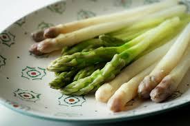 comment cuisiner des asperges blanches eplucher et cuire les asperges à l anglaise